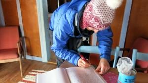 In het hytteboek van Ringsetsæter schrijven