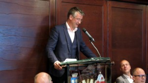 Gert spreekt de Rotarianen in Hardenberg toe