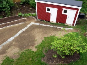 Bloemborder is verdwenen en boompje is verplaatst. Nieuw gras ingezaaid.