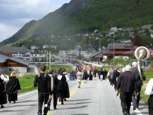 Recordlange optocht op weg naar het dorpshuis (bruin gebouw rechts op de achtergrond)