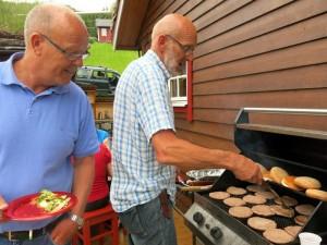Ola kijkt of Jostein controle over de hamburgers heeft