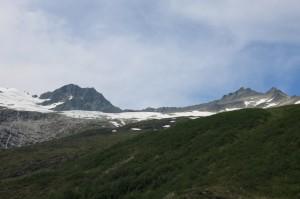 Råna rechts en Midtre Regndalstinden links.