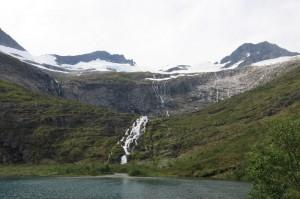 Regndalsvatnet met Midtre Regndalstinden rechts en Urkedalstinden links. Regndalsbreen ligt er onder/tegenaan.