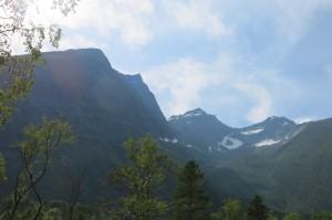 """De spitse top links van het midden is dus Vallanykjen. Het dal wat je ziet heet Drivdalen. Råna zijn de kleine topjes helemaal """"achterin""""."""