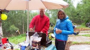 Tim en zijn vrouw roeren in de rømmegrøtpot
