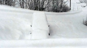 Ondergesneeuwde auto