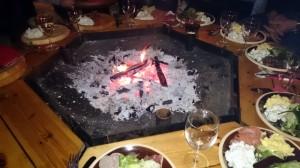 De grillbak en borden met lekker eten er omheen