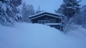 Jønsbu nadat dak sneeuwvrij is gemaakt en er 's nachts weer sneeuw is gevallen