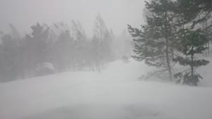 De sterke wind zorgt voor opwaaiende sneeuw