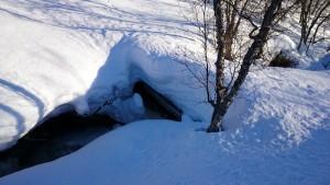 Brug onder de sneeuw bedolven