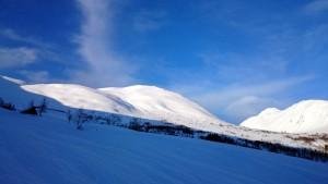 Op de foto niet goed te zien maar er gaan een aantal skiërs naar beneden