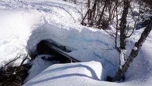 De brug over die bedekt was met ruim een meter sneeuw, maar smalletjes...
