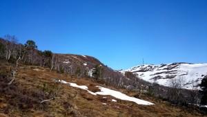 De top zonder sneeuw is Svartløkfjellet; rechts Lebergfjellet