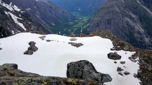 Het deel met sneeuw erop is hetgeen naar beneden kan vallen