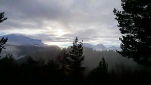 Blåfjellet links en rechts van de denneboom Fremste en Heimste Blåhornet