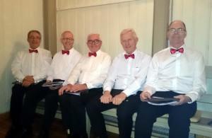 Pål, Terje, Odd, Hans Arne en Kjell zijn content met hun nieuwe vlinderdasje